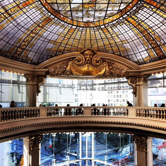 ガラス装飾が美しい高級デパート