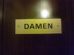 DはDamen(ダーメン)女性用のトイレ