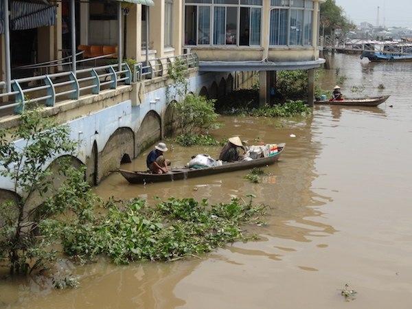 メコン川で漁の準備