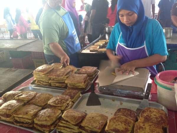 マレーシアのラマダンバザールでマレーシア料理