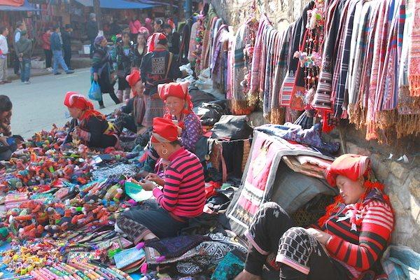 サパの少数民族の路上販売でのショッピング