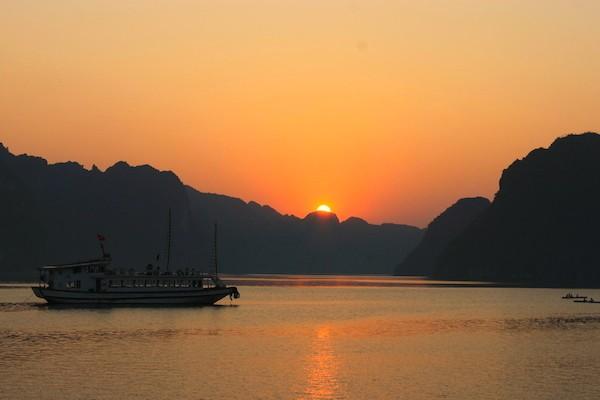 ベトナム・ハロン湾の夕日