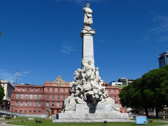 歴史が刻まれているPlaza De Mayo(プラザ・デ・マヨ)