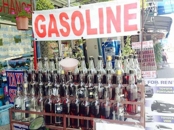 ガソリンをボトル単位で販売している写真