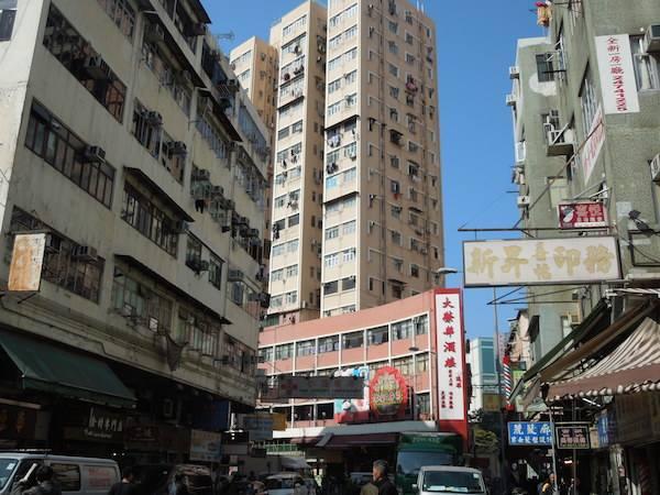 香港を歩くときには空に注意