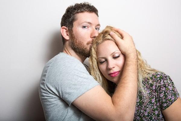 抱き合うカップルの写真