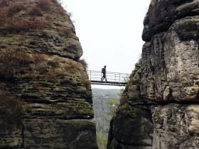 岩と岩の間の橋
