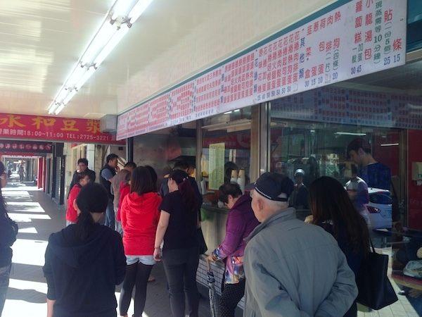 台湾で朝食を買う人の列