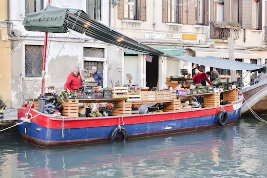 ボート上の八百屋