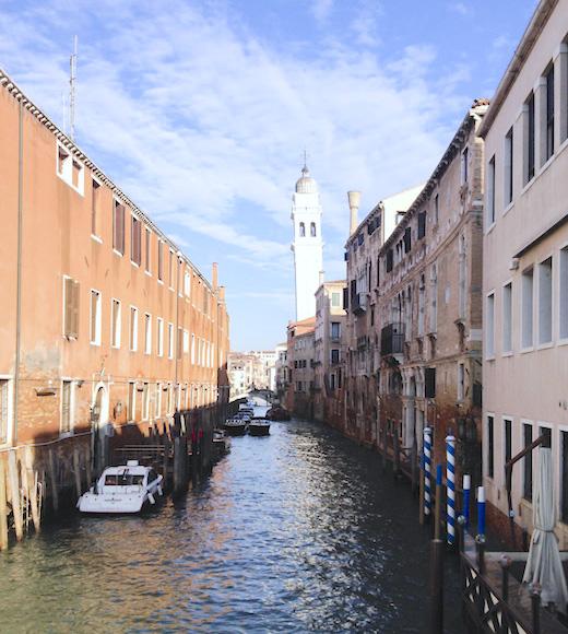 ヴェネツィアの水路のボート