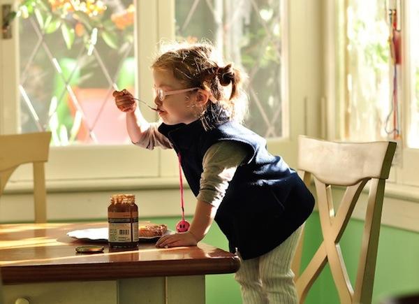 ドゥルセ・デ・レチェを食べる子供