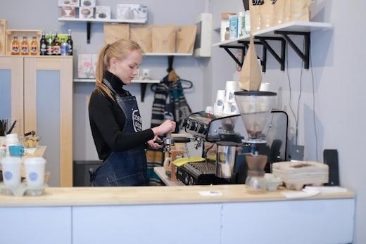 カフェのスタッフ