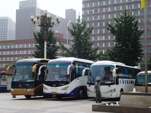 北京の秀水街のバス