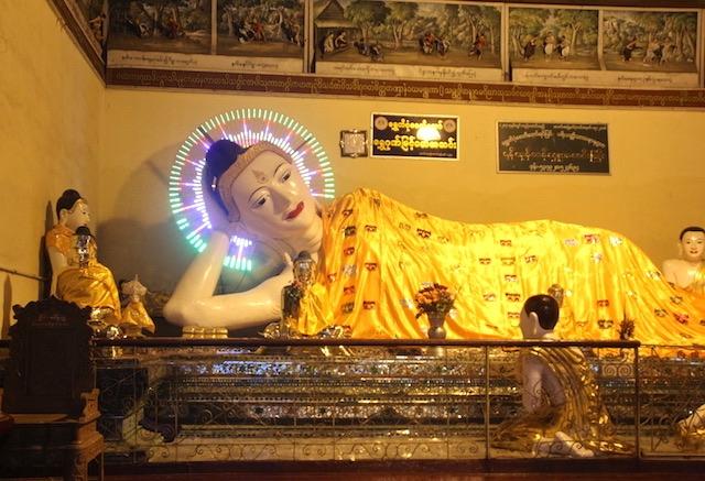 ミャンマーの寝仏