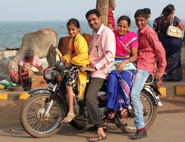 4人乗りするインド人