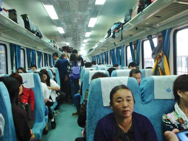 列車の硬座(二等座席)の様子