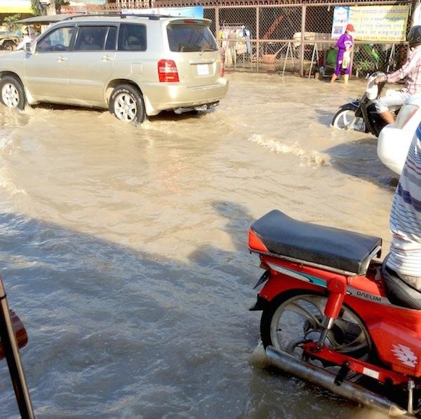 カンボジアで道路が冠水