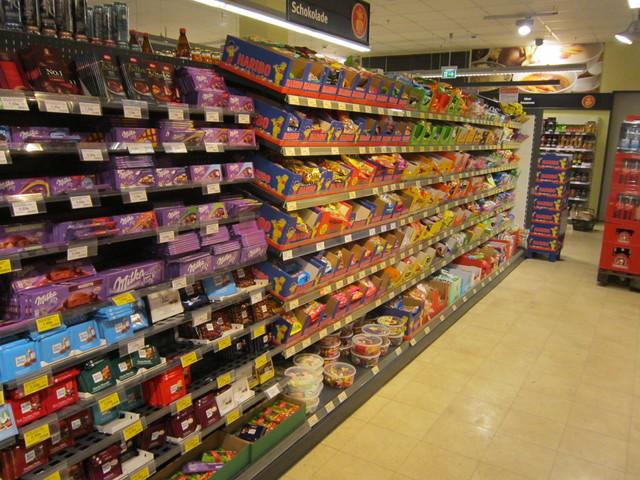 ドイツのスーパーでお菓子を買う