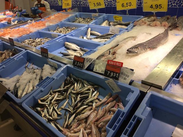 MERCADONAの生魚カウンター