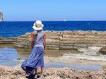 海辺に立つ女性