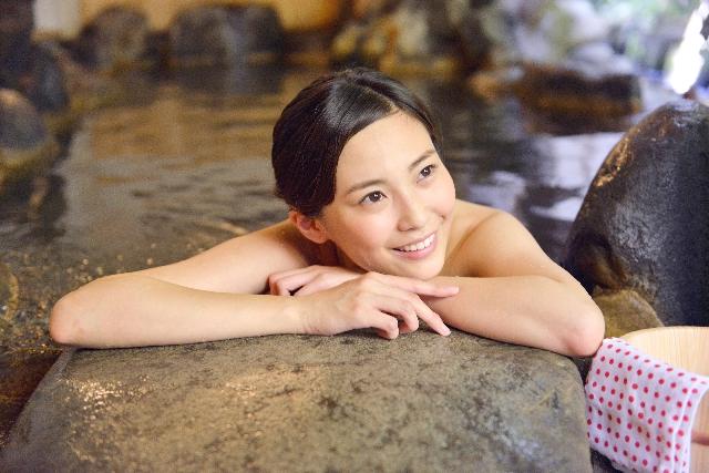 温泉位入る女性