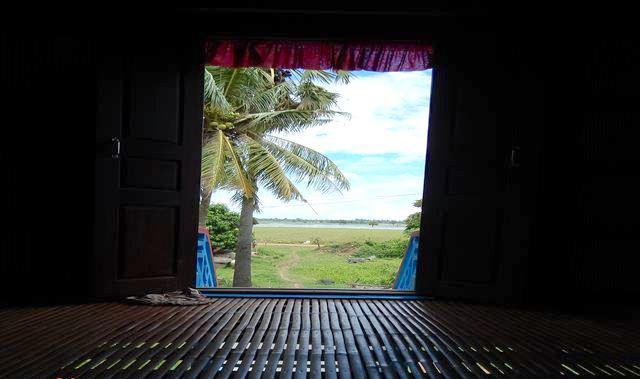 農家の家から増水した田んぼを見る