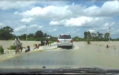溢れる水で遊ぶ子供達