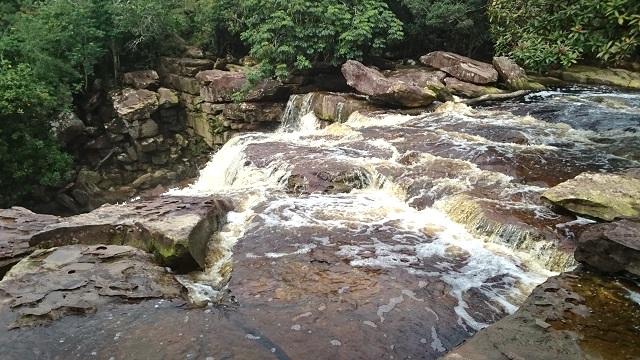滝、涼を求めてカンボジア人がやって来ます