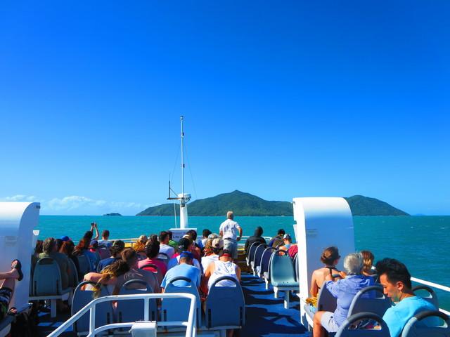 フィッツロイ島へ行く船