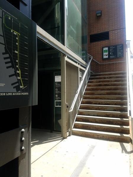 16番通りの階段とエスカレーター