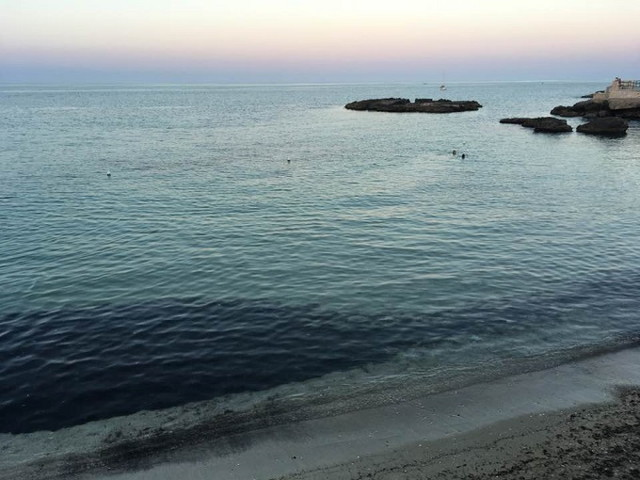 ピンク色に染まる空と海