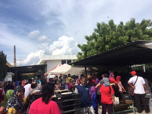 マレーシアのマーケットにいる人々