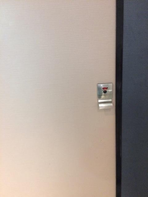 ドアの鍵と赤マーク