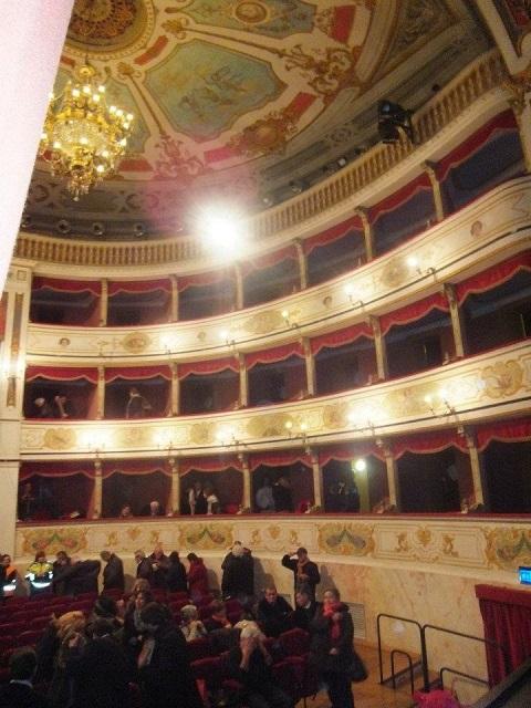 舞台裏から見たイタリアの歌劇場内部