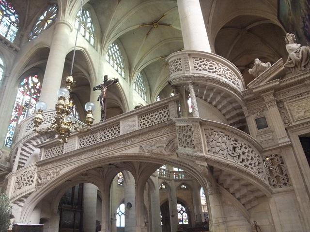 パリの教会内部