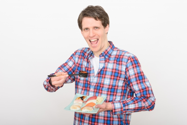 寿司を食べる人