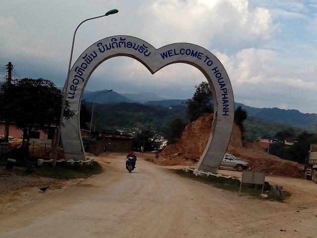 サムヌアの町の入口フア・パン県