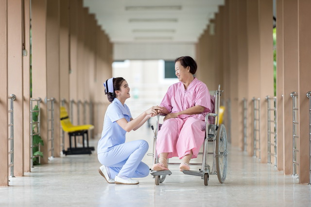病院のナースと患者さん