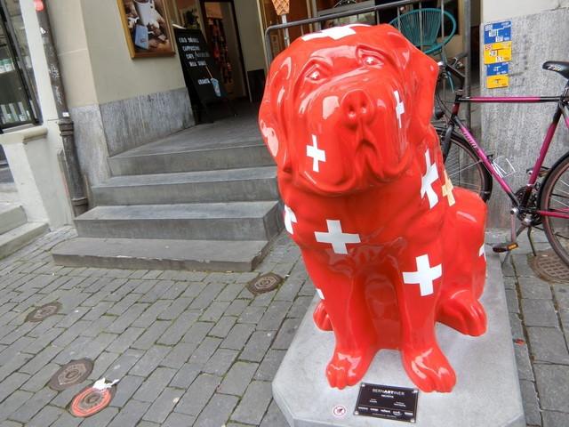 スイスの犬のオブジェ