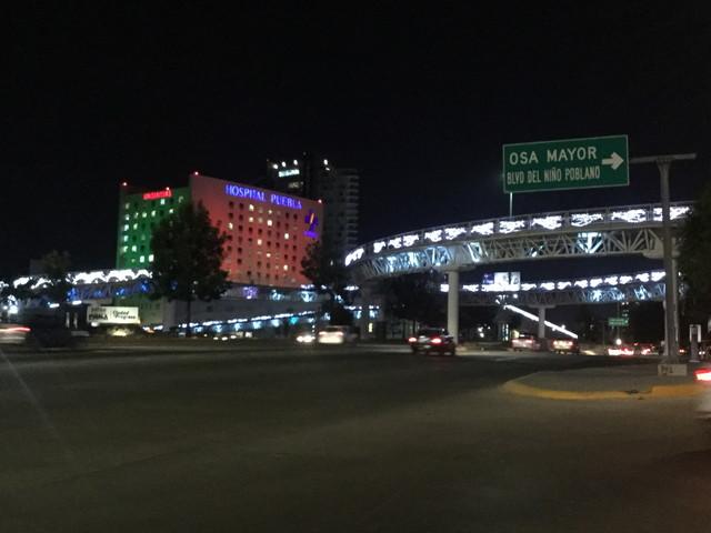 病院と政府の建物がある道路