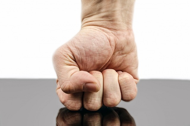 拳を握って我慢する