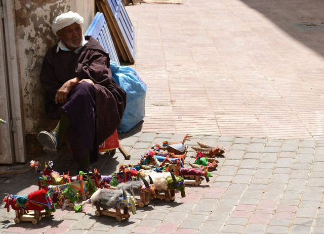 モロッコの道端でものを売る