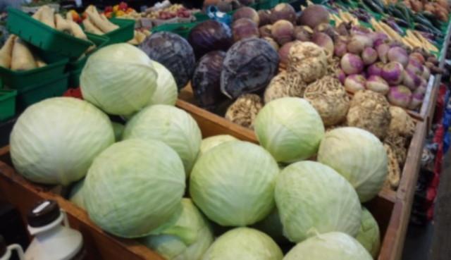 新鮮な青果が並ぶ市場