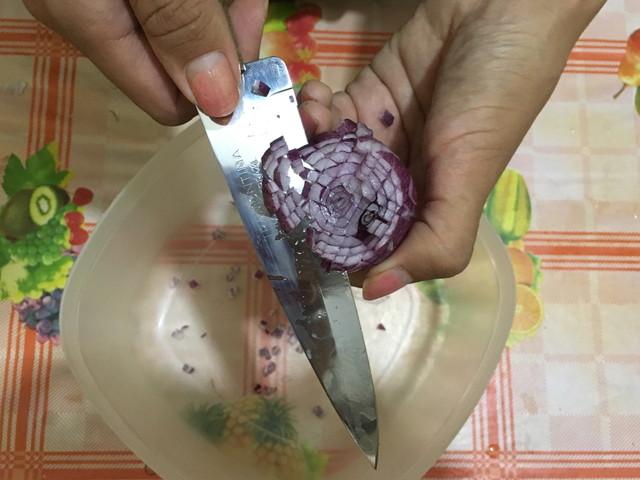 ボリビアの包丁で玉ねぎのみじん切り