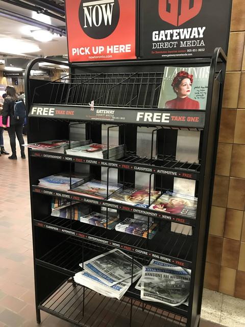 駅の雑誌棚