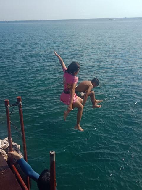 海へ飛び込む