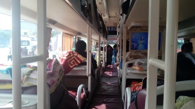 寝台バス内部