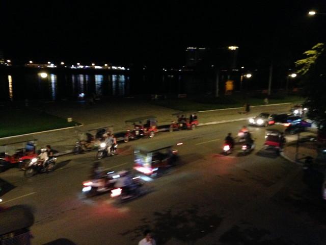 夜の川沿いの道路