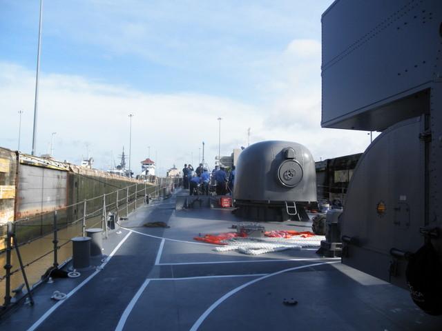 護衛艦の艦首付近
