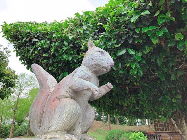 リスの銅像
